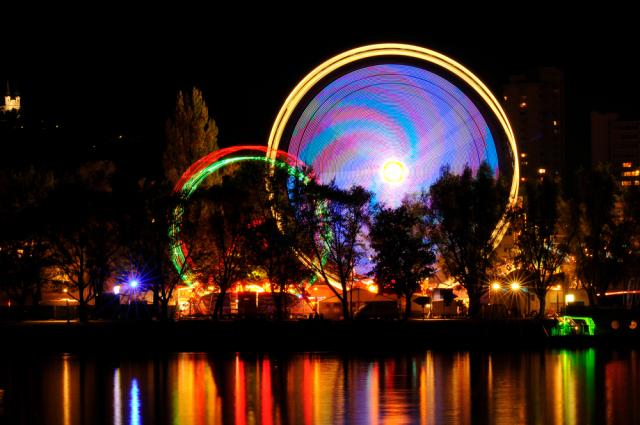 Le schizophrène en psychose habite isolé dans une roue au coeur d'un parc d'attraction
